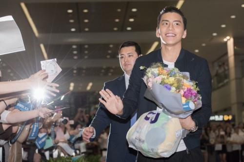 王大陆晋升欧巴赴韩谢粉丝 500位韩国妹子接机抢当大陆妹