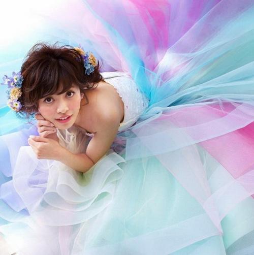 谁说婚纱一定要白色的!超梦幻「彩虹」礼服让你跃升精灵系新娘