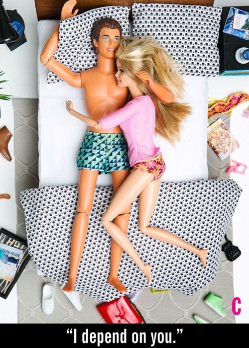 趴睡代表缺乏信任感?芭比和肯尼演绎7种情侣睡姿的秘密