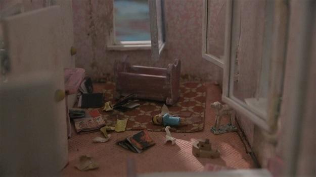"""通常像鬼屋的地方都有个故事!微型艺术""""被主人抛弃的娃娃屋 """"有话要说"""
