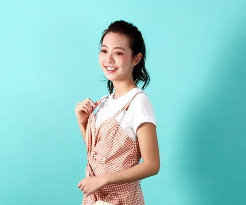 超方便「背心裙+白T」穿搭有诀窍!用反摺袖口、腰间抓皱不怕飘孕味!