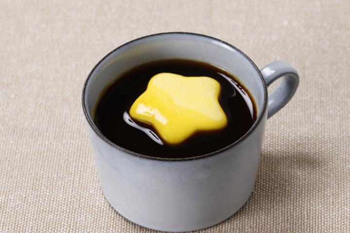 整个马克杯就是我的小宇宙!漂浮在咖啡上的太空猫咪棉花糖超疗癒