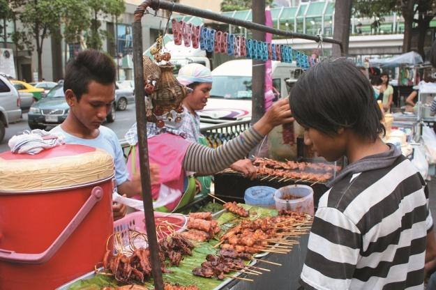 泰国路边摊6大美食你集满没?《享受吧!曼谷小旅行》让旅游达人带你搭地铁游曼谷 | 妞书僮